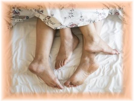 Füsse gucken aus dem Bett